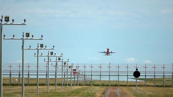 Ein Flugzeug der DHL in der Luft