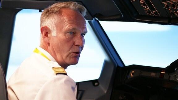 Ein Mann in Uniform im Flugzeug-Cockpit