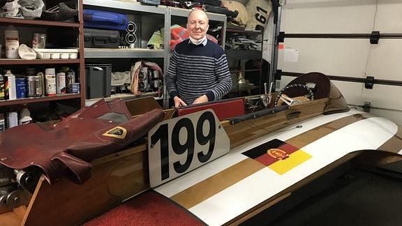 Olaf Koenig an seinem Lieblingsboot in seiner Garage