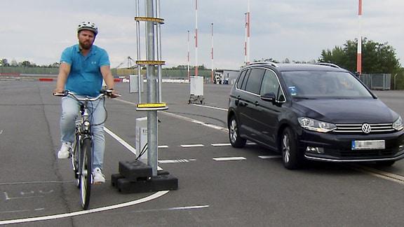 Radfahrer neben einer speziellen Säule