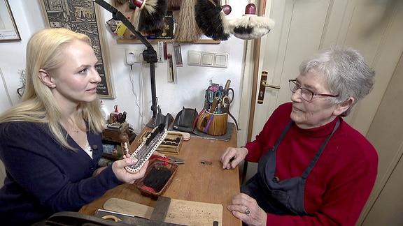 Moderatorin Henriette Fee Grützner besucht die Bürstenmacherin Ursula Römer in ihrer Werkstatt