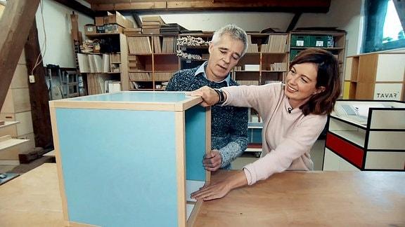 Janett Eger mit Möbelbauer Michael Linden