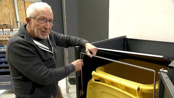 Tüftler Erich Neuland demonstriert seine Mülltonnenbox