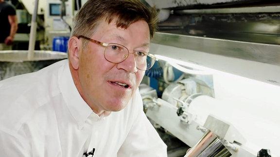 Tapetenhersteller Ullrich Eitel bei der Herstellung von Tapete mit Silberionen