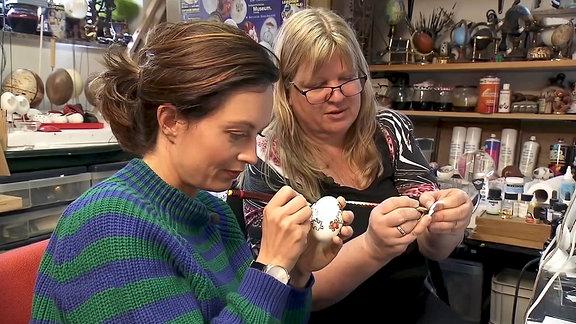 Kerstin Dischereit und Janett beim gestalten eines Puzzle-Ei´s.