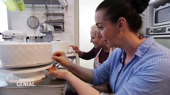 Henriette beim Tortenmachen - Verzierungsarbeiten