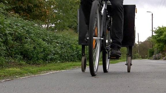 Ein Fahrrad mit zusätzlichen Reifen auf beiden Seiten.
