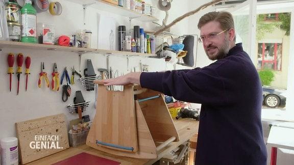 Ein Mann mit in eriner Werkstatt.