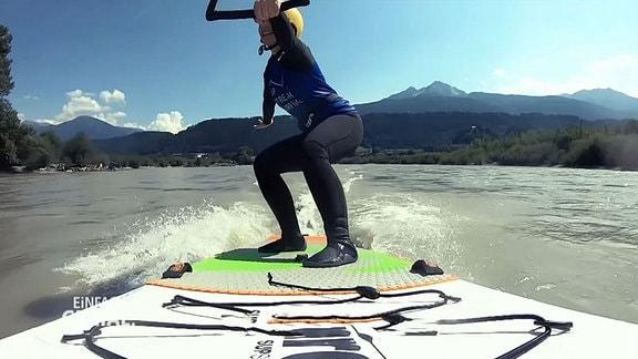 Henriette Fee Grützner auf dem Surfbrett