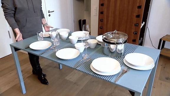 Ausziehbarer Tisch in rafinierter Lamellenbauweise