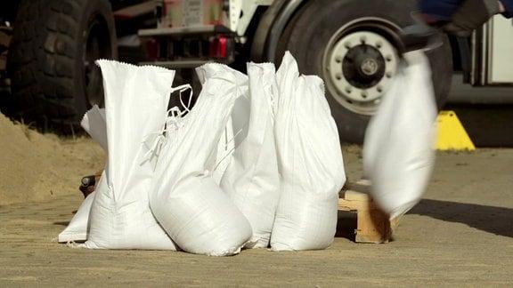 Frisch befüllte Sandsäcke stehen nebeneinander.
