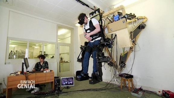 Ein Mann ist an ein Exoskelett angeschlossen