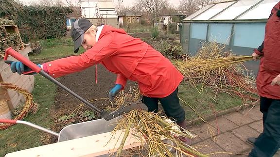 Henriette Fee Grützner bei der Gartenarbeit.
