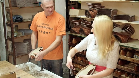 Ein mann und eine Frau hantieren mit Pantoffeln