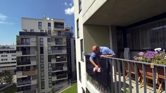 Solarpanel an einem Balkon