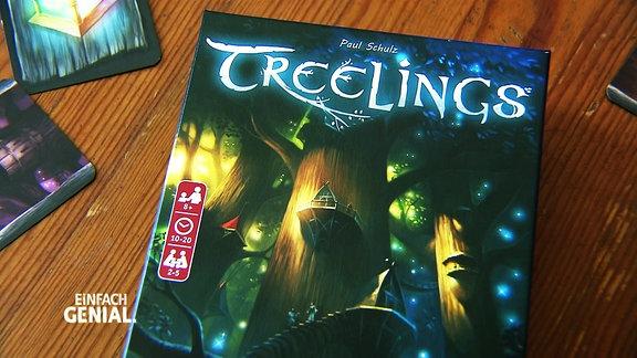 """Das Kartenspiel """"Treelings"""" liegt auf einem Holztisch."""