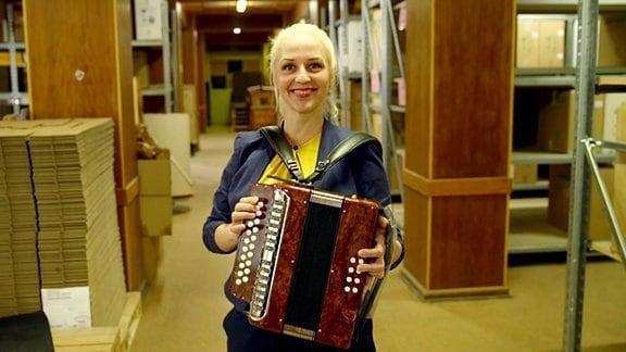 Henriette Fee Grützner mit Akkordeon