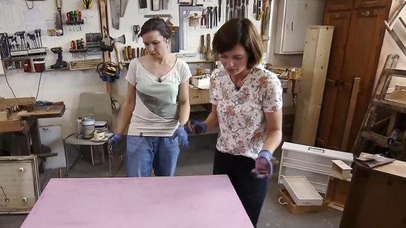 Zwei Frauen in einer Werkstatt.