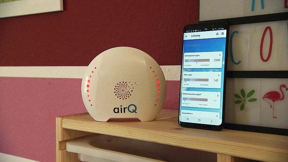 Ein Luftdruckmessgerät neben einem Tablet.
