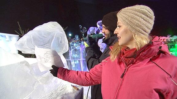 Henriette Fee Grützner mit dem Künstler Evangelos Stafylidis in der Eiswelt Dresden