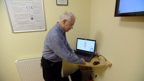 Orthopädie-Techniker Wolfgang Triebstein führt sein Verfahren zur Ganganalyse vor.