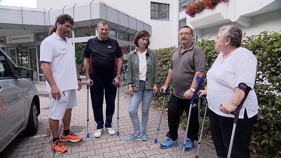 Janett Eger und Personen mit Gehhilfen
