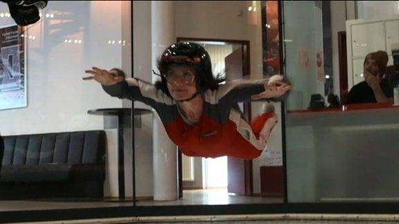 Jeanette Eger fliegt im Windkanal