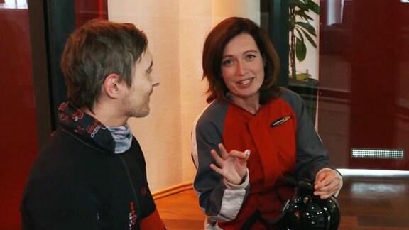 Jeanette Eger spricht mit einem Fluglehrer.