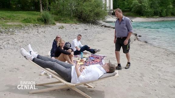 eine Holzliege am Strand