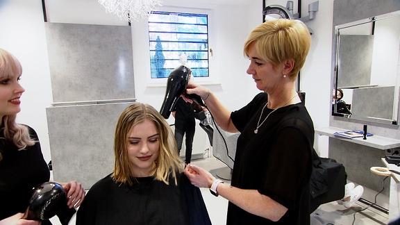 Haare trocknen im Friseursalon