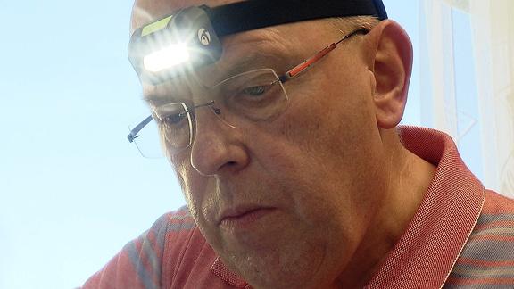 Mann mit Stirnlampe