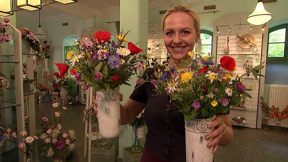 Henriette Fee Grützner mit Kunstblumen