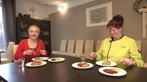 Henriette Fee Grützner und Antje Stolz beim Verzehren ihres Drei-Gänge-Menüs.