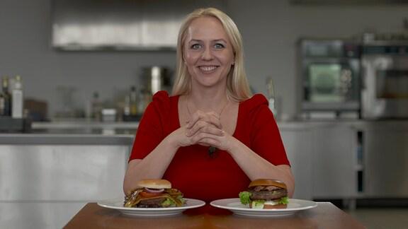 Moderatorin Henriette Fee Grützner vor Hamburgern