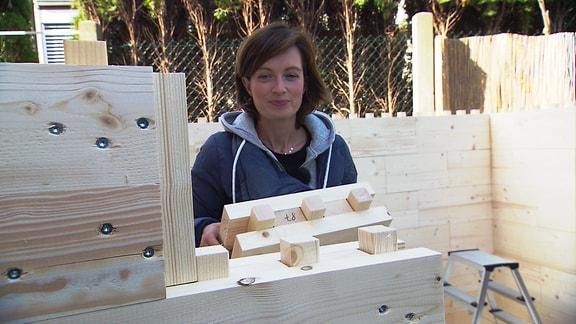 Janett Eger mit Holzbausteinen
