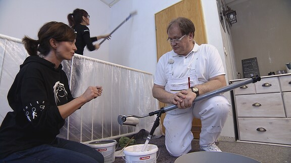 Janett Eger im Gespräch mit einem Malermeister.