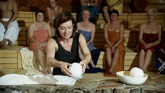 Janett Eger beim Sauna-Aufguss