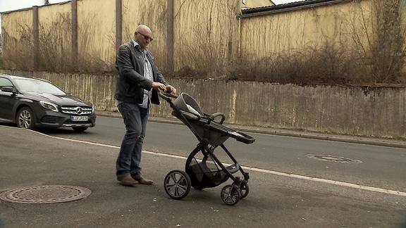 Mann mit Kinderwagen