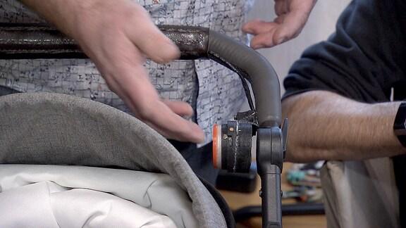 Knopf an einem Kinderwagengriff