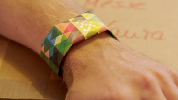Armbanduhr mit papierähnlichem Aussehen