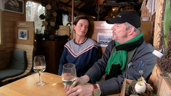 Janett Eger sitzt zusammen mit Küchenbetreiber Tobias Keucher in einem Abteil des Rasenden Rolands.
