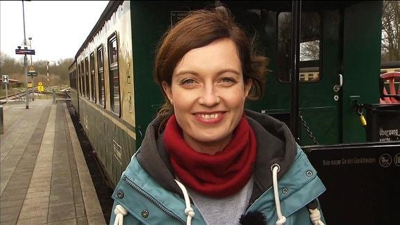 Jaenette Eger vor einem alten Eisenbahnwagon