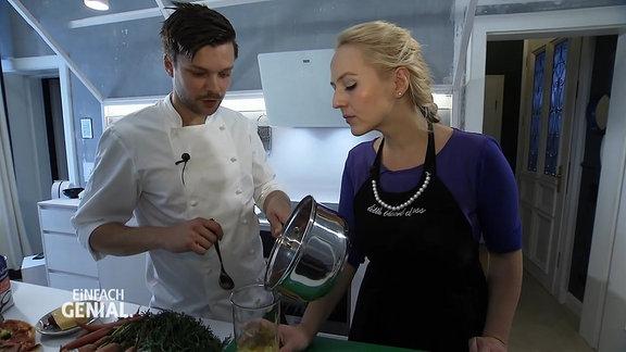 die Moderatorin mit einem Koch