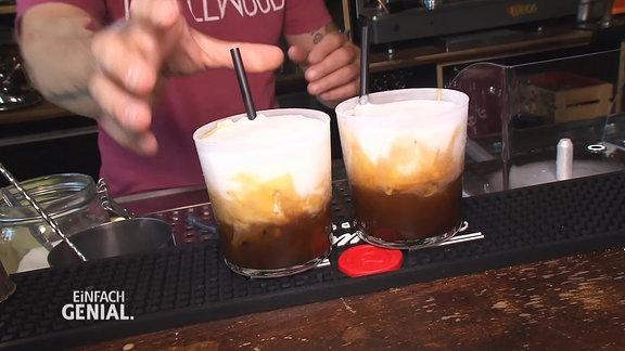 zwei Gläser mit einem Getränk