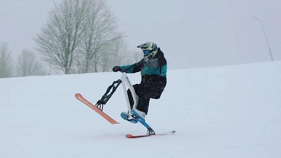 ein Mann auf einem Skibike