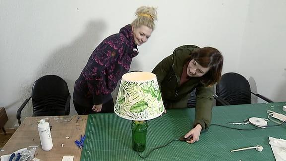 Janett Eger stellt mit Denise Quarch Lampen aus alten Flaschen her.