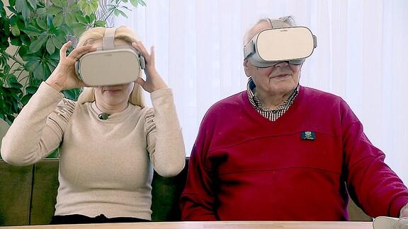 Henriette Fee Grützner in einer Tagespflege-Einrichtung, deren Bewohnerinnen und Bewohner VR-Brillen testen