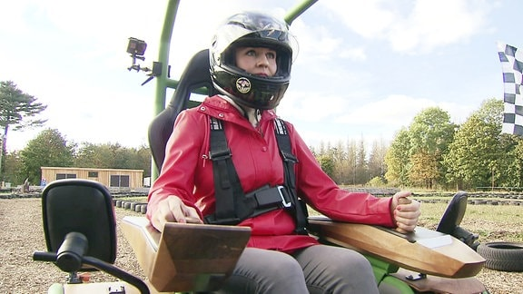 Eine Frau mit Helm
