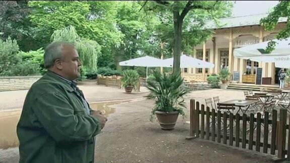 """Zoodirektor Dr. Jörg Junhold vor der """"Hacienda"""" im """"südamerikanischen"""" Teil des Leipziger Zoos"""