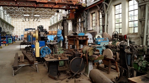 Blick in Halle mit alten Maschinen